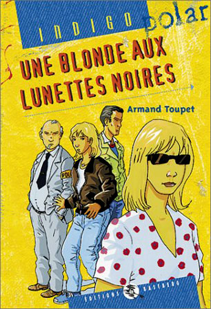 Une blonde aux lunettes noires