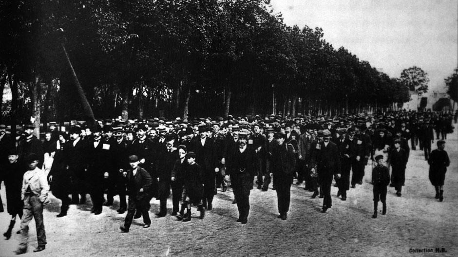 Manifestation place Séraucourt à Bourges, le 1er mai 1909 - antérieure au récit, mais avec un cortège impressionnant (Collection Hervé Colas)